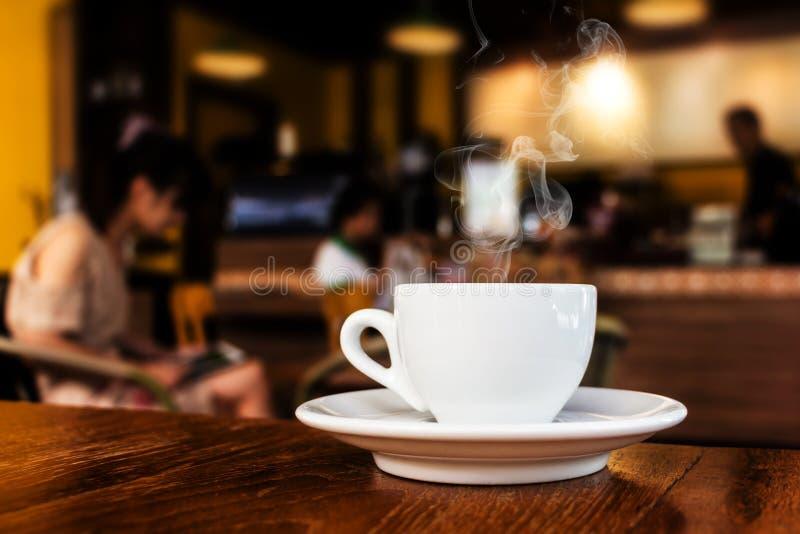 Café en la tabla en café imagen de archivo