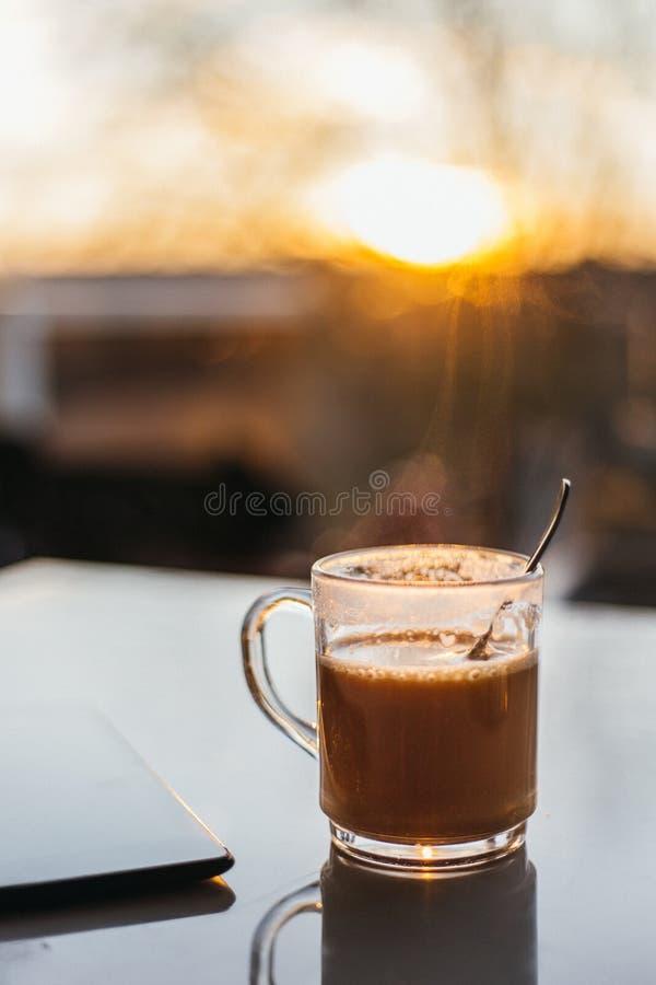 Café en la tabla y la luz del sol foto de archivo libre de regalías