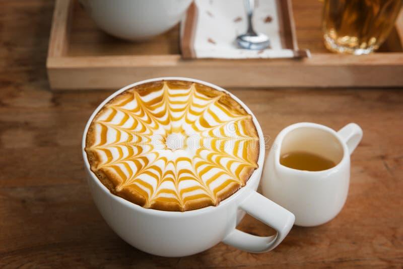 Café en la taza blanca imagen de archivo