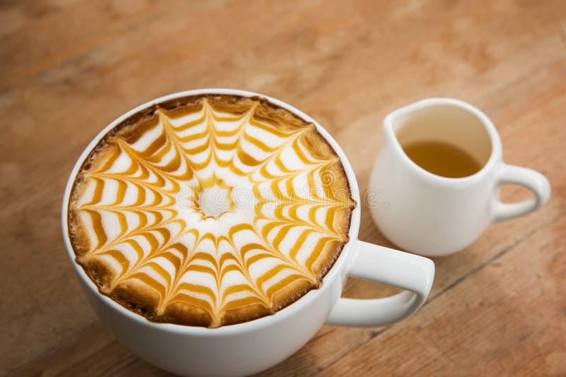 Café en la taza blanca fotos de archivo
