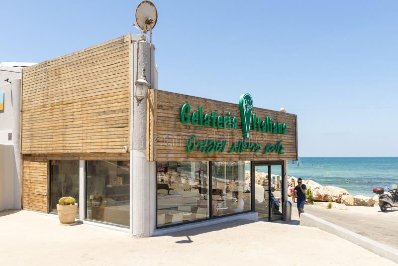 Café en las calles y las casas de la playa en Tel Aviv foto de archivo