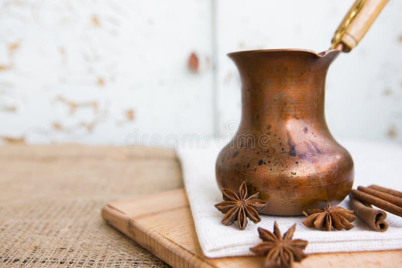 Café en un turco de cobre foto de archivo libre de regalías