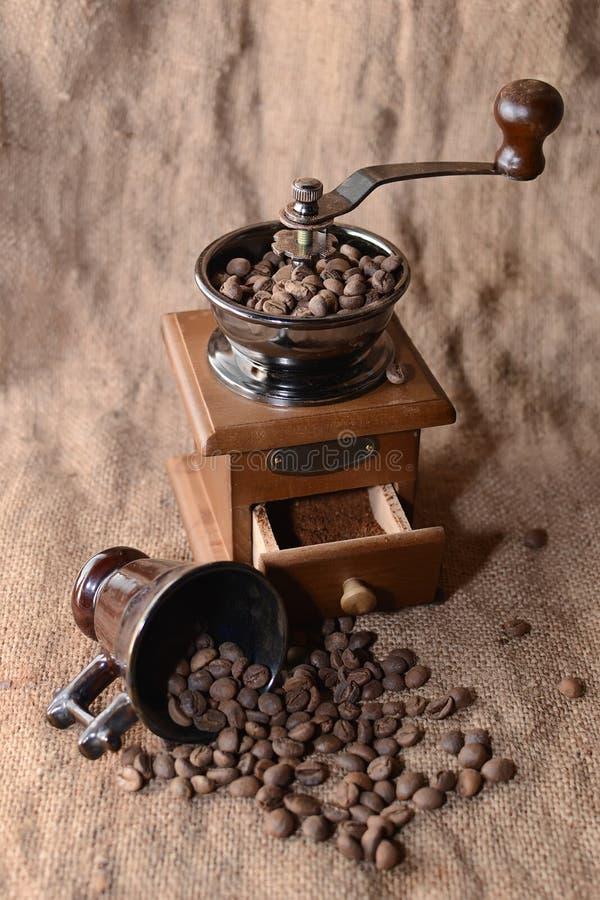 Café en una amoladora de café imagen de archivo