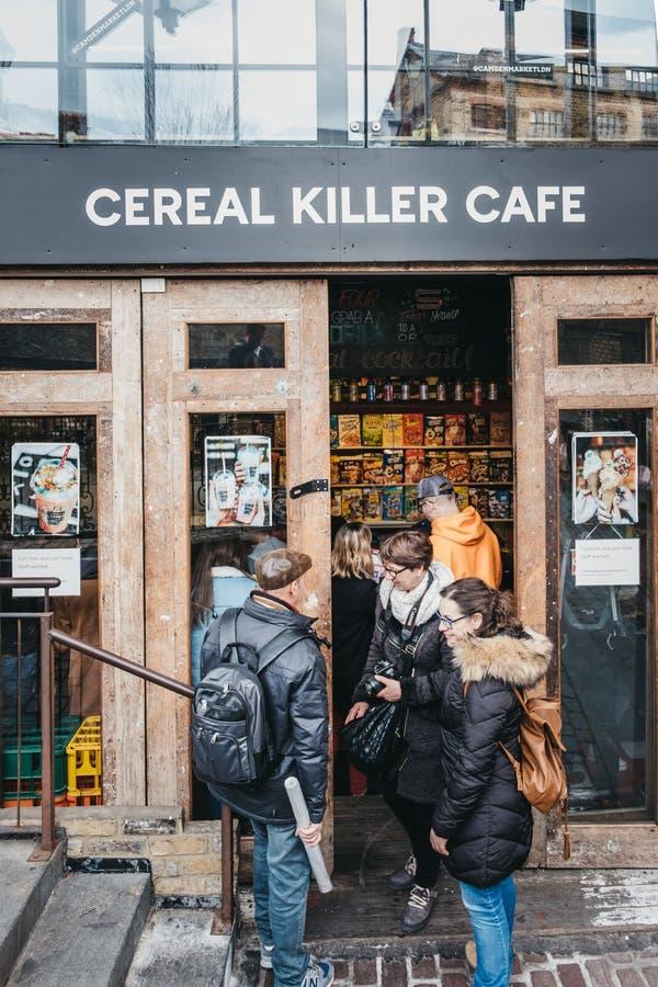 Café entrando do assassino do cereal dos povos em Camden, Londres, Reino Unido imagens de stock