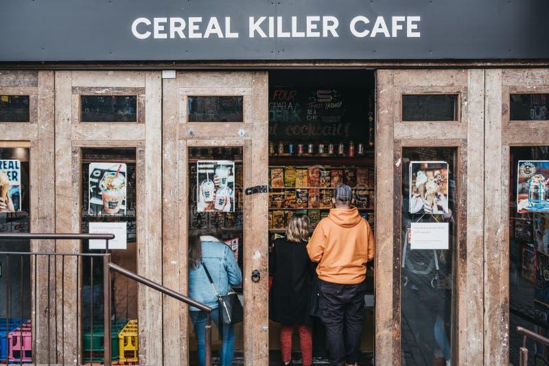 Café entrando do assassino do cereal dos povos em Camden, Londres, Reino Unido imagem de stock