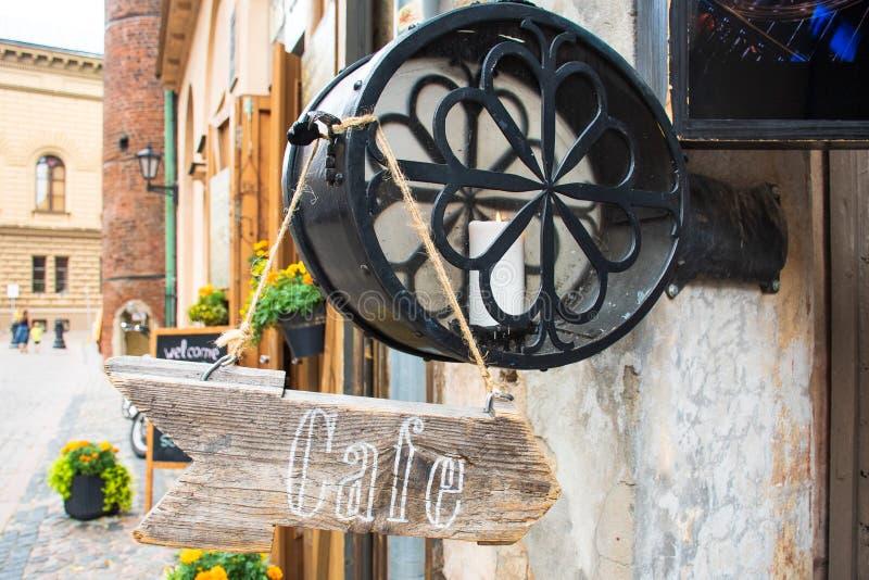Café escrito em uma seta de madeira imagens de stock royalty free