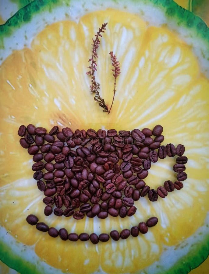Café escuro arranjado como uma xícara de café - conceito criativo aproxima-se de cima Ideia conceptual de wallpaper fotografia de stock royalty free