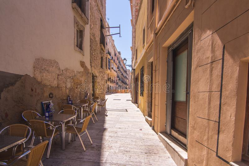 Café espanhol na aleia estreita da rua fotos de stock