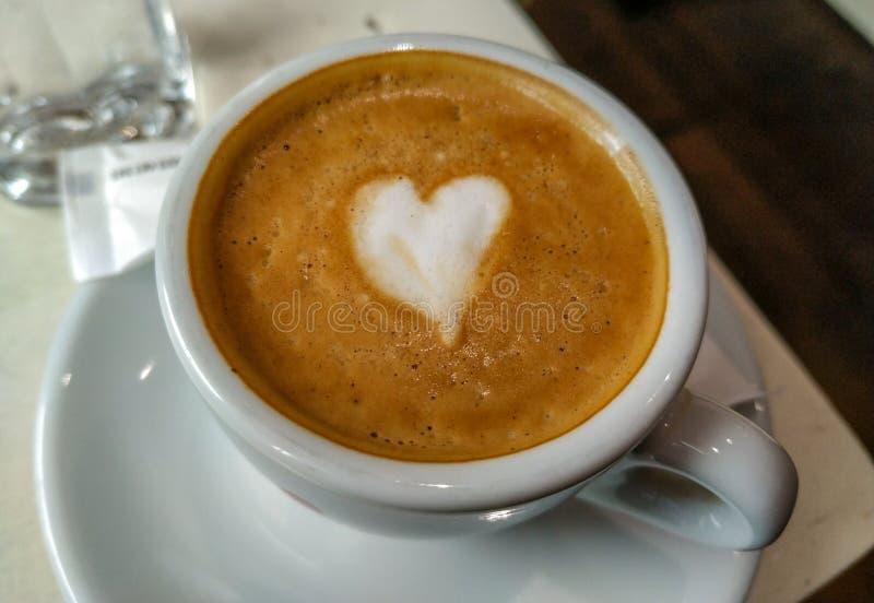 Café Espresso closeuse avec crème au lait en forme de coeur servi au bar pour une boisson chaude à la caféine image stock