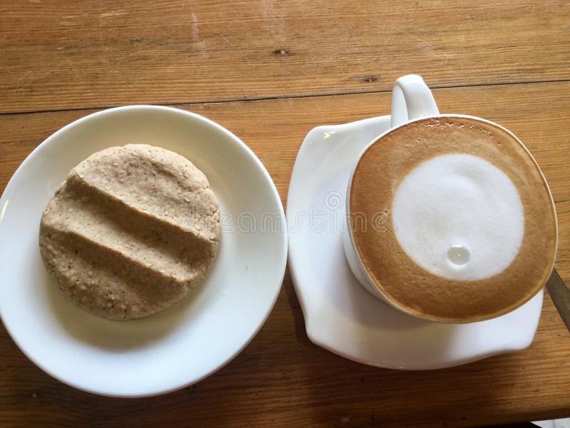 Café et biscuit Art de lune de Latte photographie stock