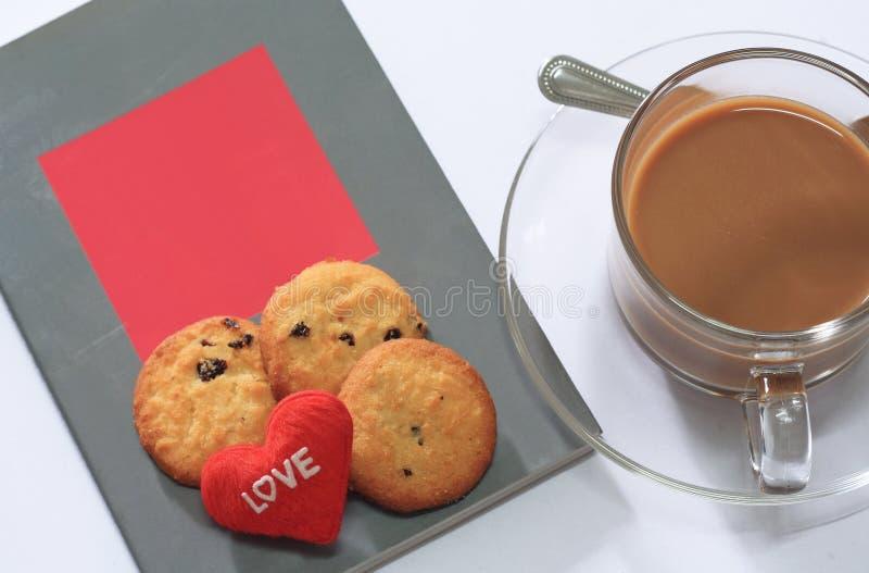 Café et biscuits avec des livres pour le Saint Valentin image libre de droits