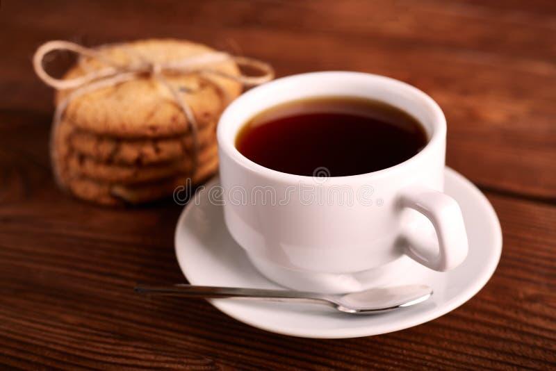 Café et biscuits faits maison avec du chocolat Biscuits faits main de chocolat et tasse d'expresso sur la table en bois image stock