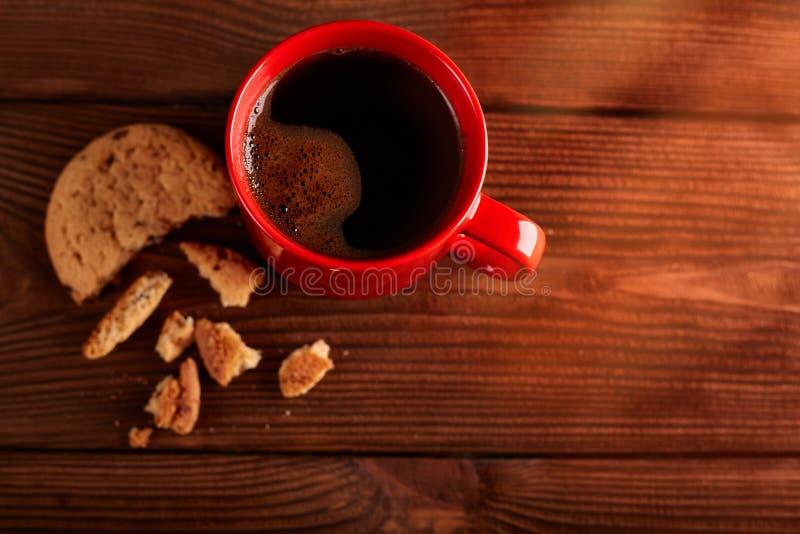 Café et biscuits faits maison avec du chocolat Biscuits faits main de chocolat et tasse d'expresso sur la table en bois photo stock
