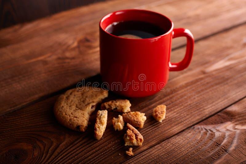 Café et biscuits faits maison avec du chocolat Biscuits faits main de chocolat et tasse d'expresso sur la table en bois photos libres de droits