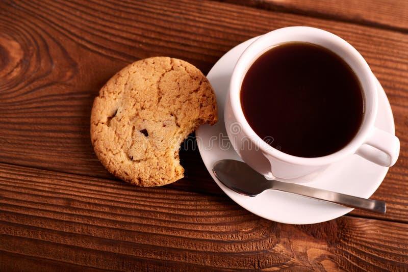 Café et biscuits faits maison avec du chocolat Biscuits faits main de chocolat et tasse d'expresso sur la table en bois photos stock