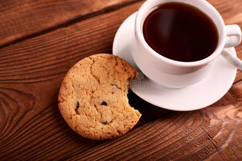 Café et biscuits faits maison avec du chocolat Biscuits faits main de chocolat et tasse d'expresso sur la table en bois image libre de droits