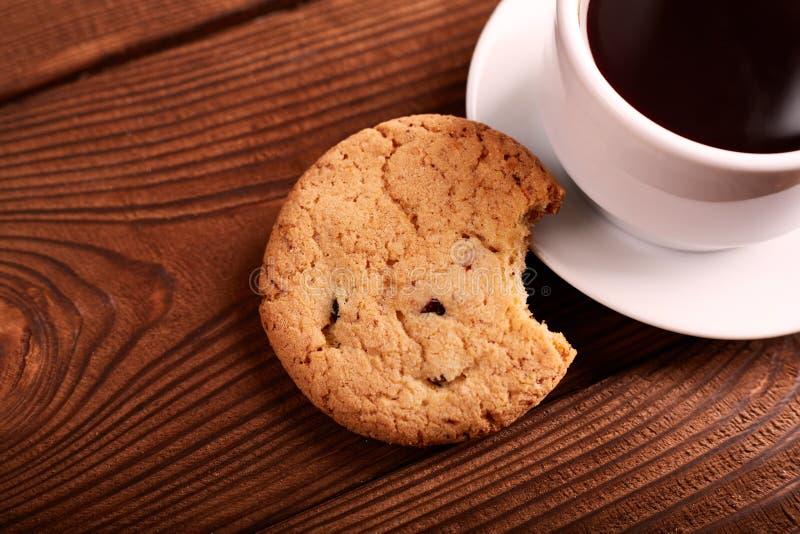 Café et biscuits faits maison avec du chocolat Biscuits faits main de chocolat et tasse d'expresso sur la table en bois images libres de droits