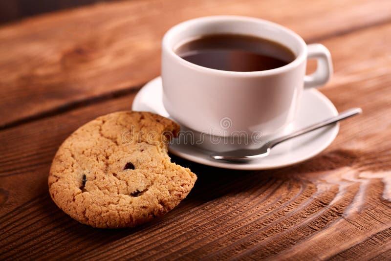 Café et biscuits faits maison avec du chocolat Biscuits faits main de chocolat et tasse d'expresso sur la table en bois photographie stock libre de droits