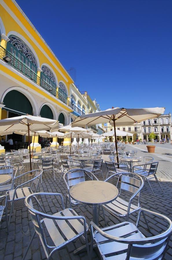 Café et brasserie extérieurs dans la vieille plaza de La Havane image libre de droits