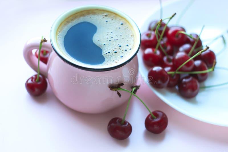 Café et cerises, concept minimalistic de nourriture Vue sup?rieure, l'espace de copie image stock