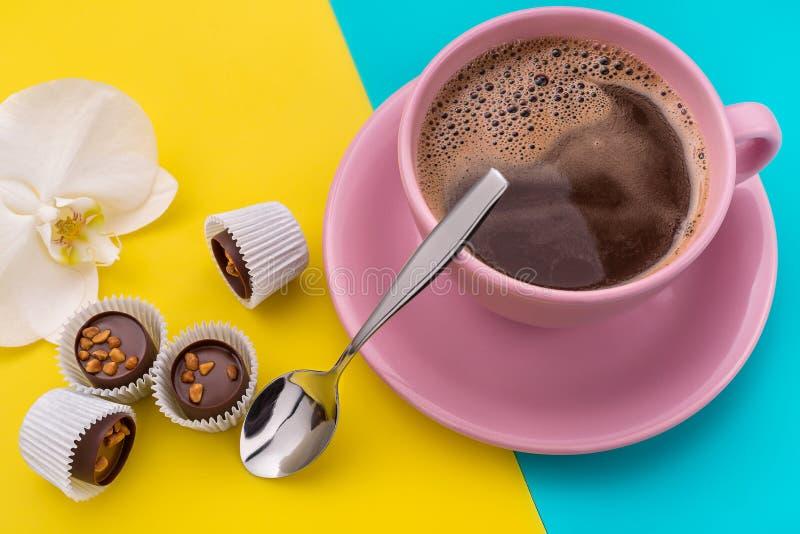 Café et chocolats avec des écrous photos libres de droits