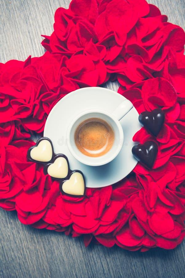 Café et chocolats du ` s de Valentine photos stock