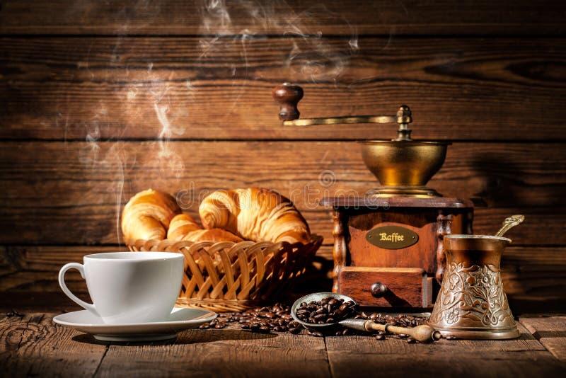 Café et croissants sur le fond en bois photographie stock libre de droits