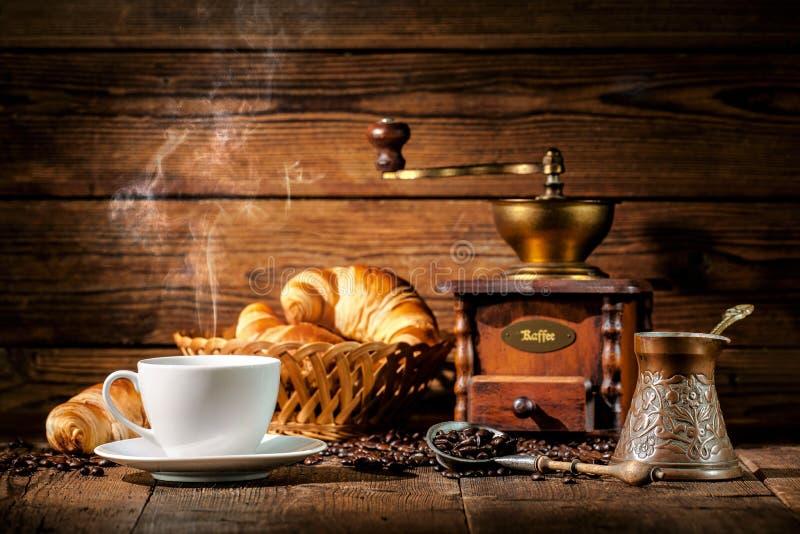 Café et croissants sur le fond en bois images stock