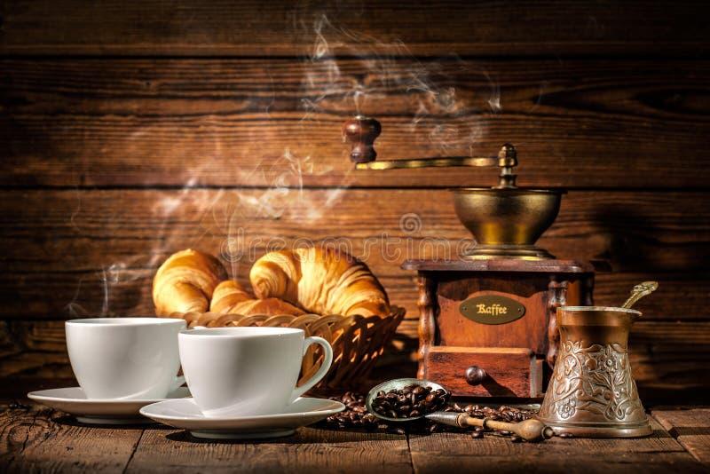 Café et croissants sur le fond en bois photographie stock