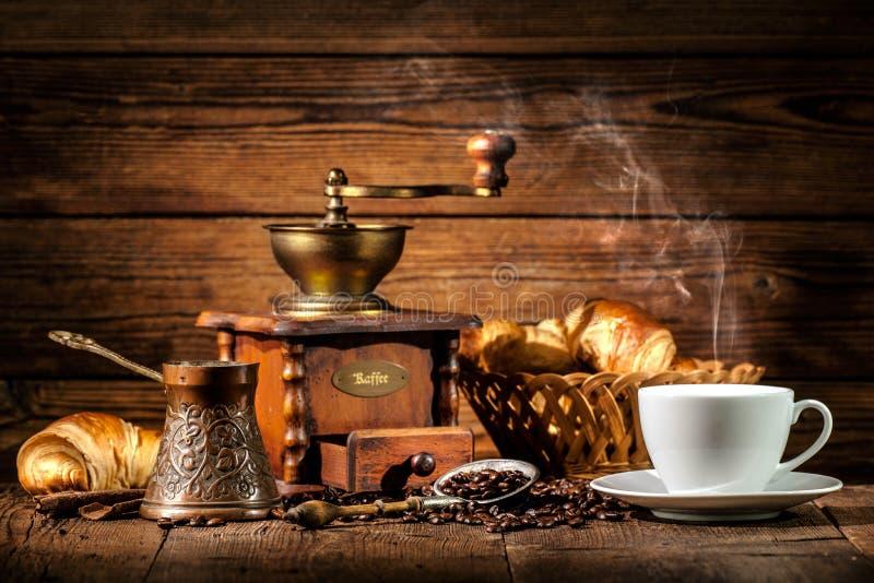 Café et croissants sur le fond en bois photo stock