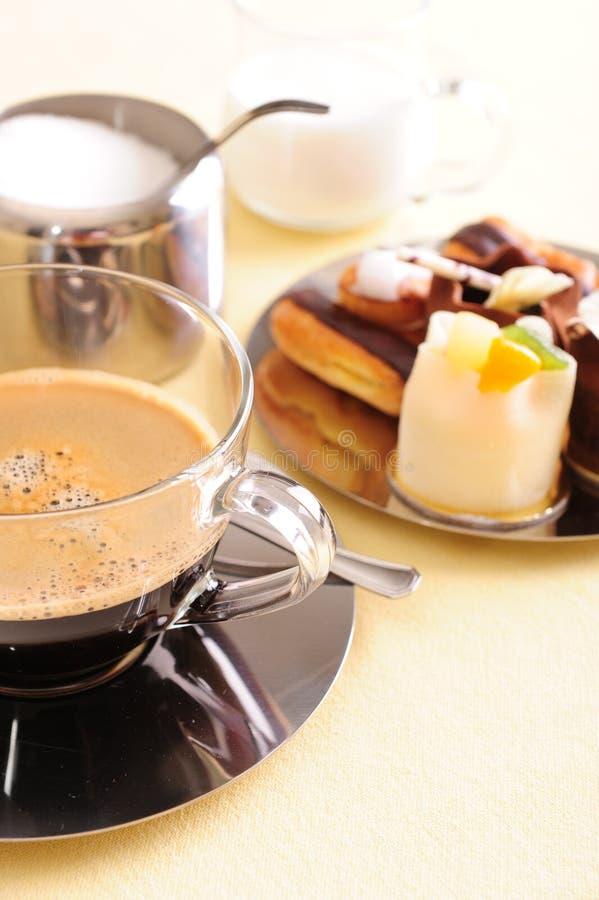 Café et gâteau frais photographie stock libre de droits