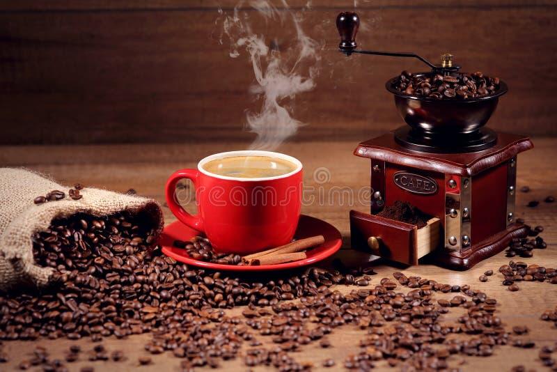 Café et grains de café chauds sur le fond des broyeurs de café image libre de droits