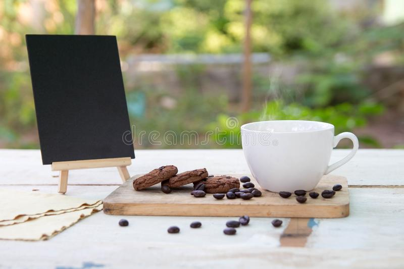 Café et haricots à café sur table photos stock