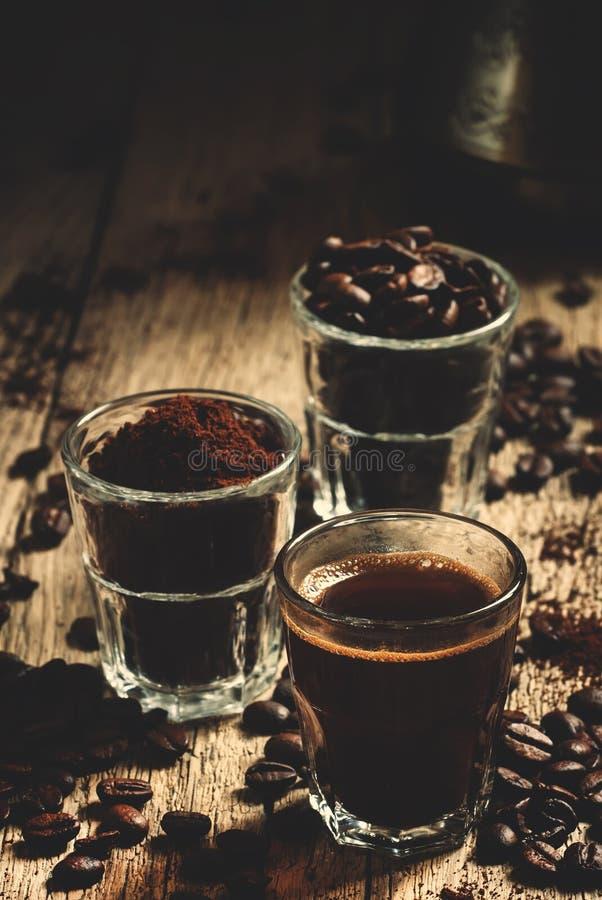 Café et ingrédients noirs d'expresso pour la cuisson : grains de café rôtis, cafè moulu, fabricant de café turc, cru en bois image libre de droits