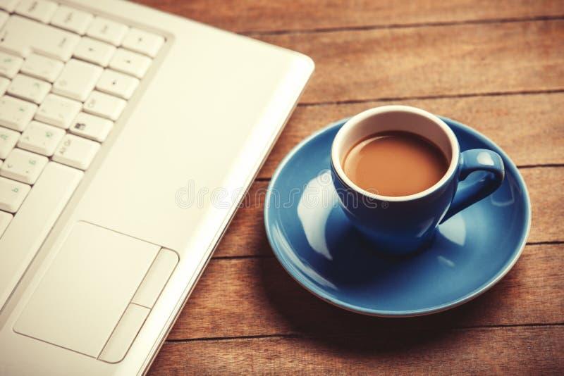 Café et ordinateur portable photos libres de droits