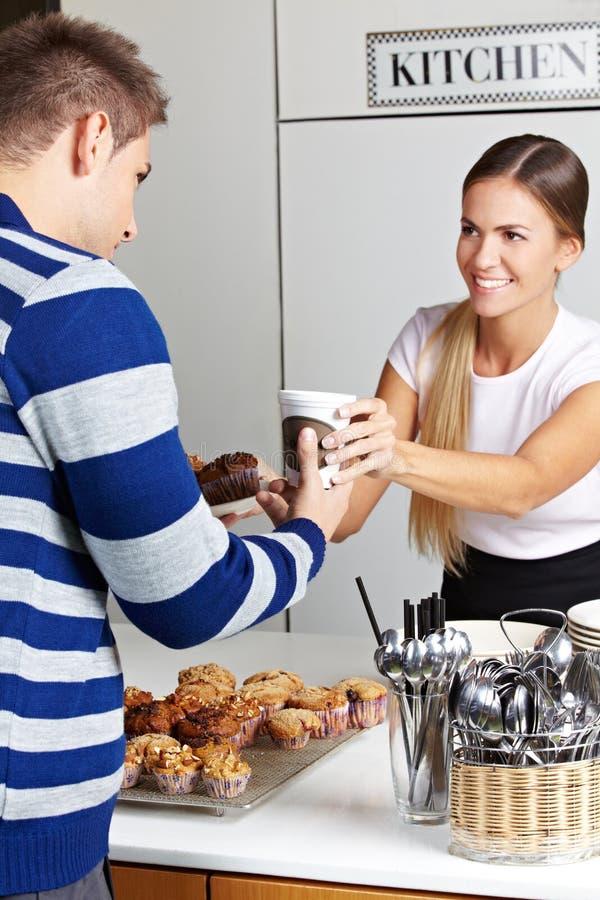 Café et pains de achat de propriétaire photo libre de droits