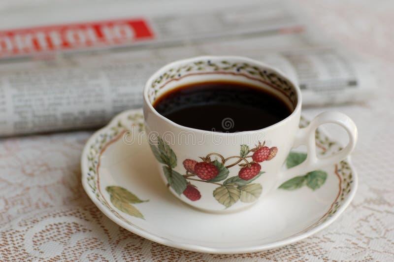 Café et papier de nouvelles images stock