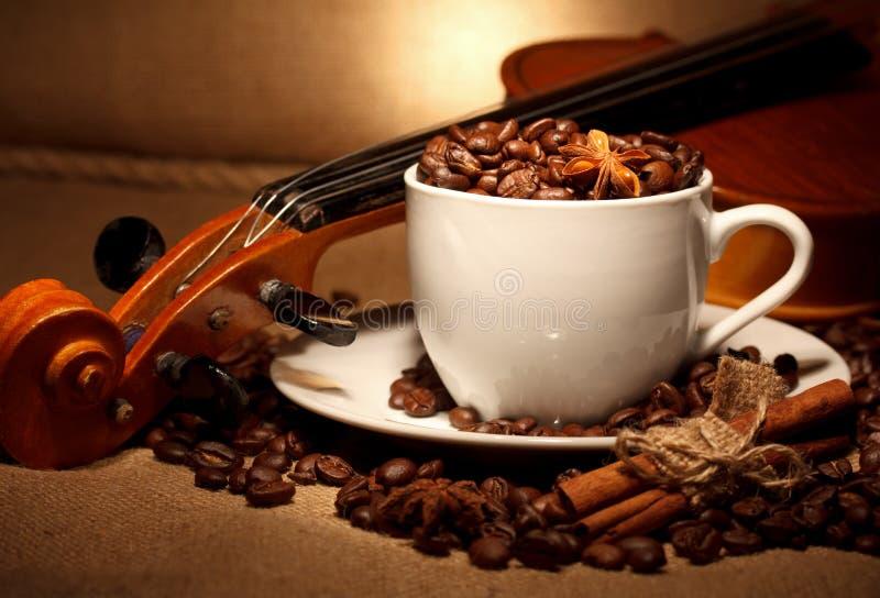 Café et violon photographie stock
