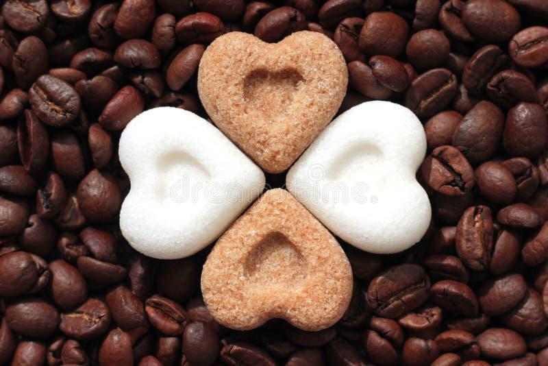 Café, eu te amo! Feijões de café e corações do açúcar imagens de stock royalty free