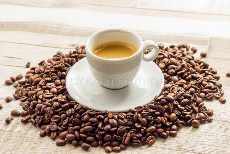 Café express Coffe con las habas en las tablas de madera imágenes de archivo libres de regalías