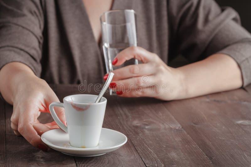 Café express de Sprite, latte de flautín, agua de la chispa Taza de la firma fotos de archivo libres de regalías