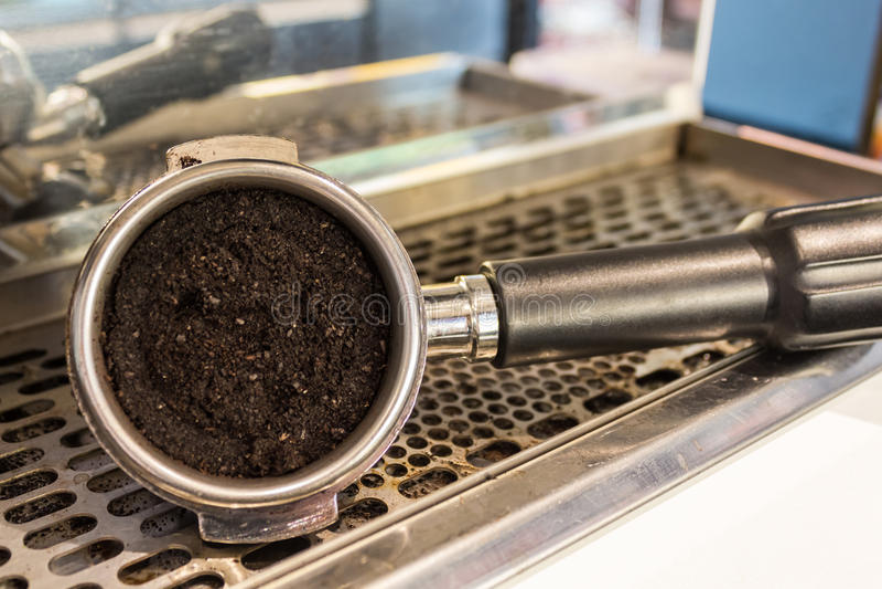 Café express puesto a tierra en un portafilter fotografía de archivo