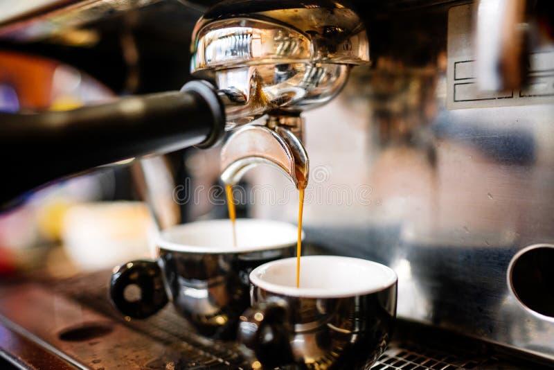 Café express que vierte de la máquina del café en las tazas profesor fotografía de archivo