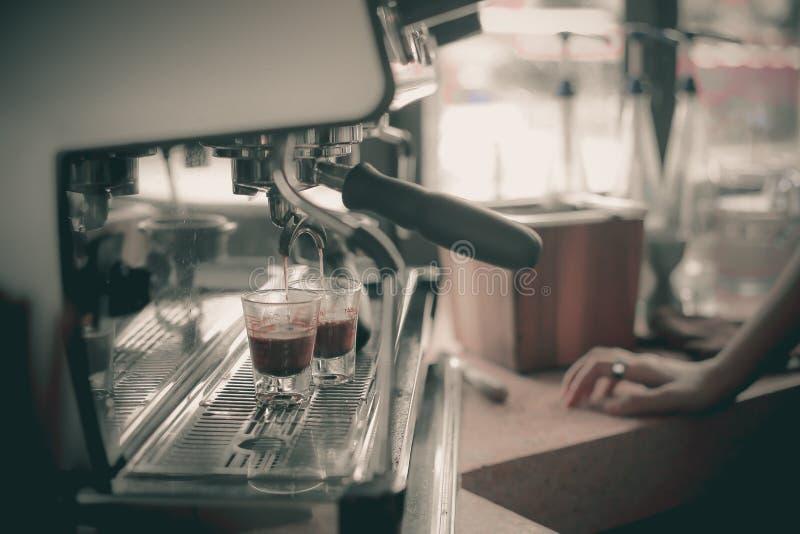 Café express tirado de la máquina del café en cafetería foto de archivo