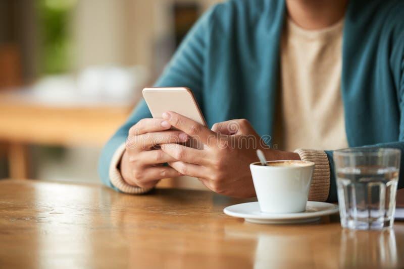 Café express y noticias de la mañana fotos de archivo libres de regalías