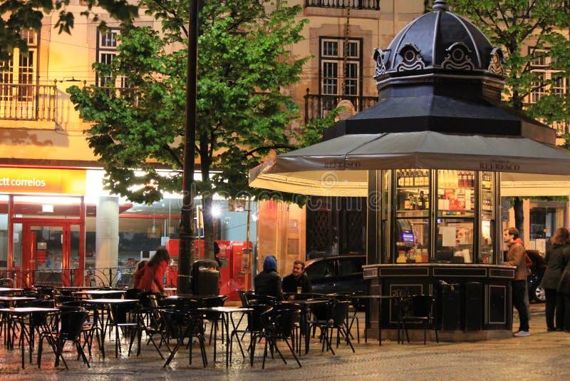 Café extérieur à Lisbonne par nuit photos stock