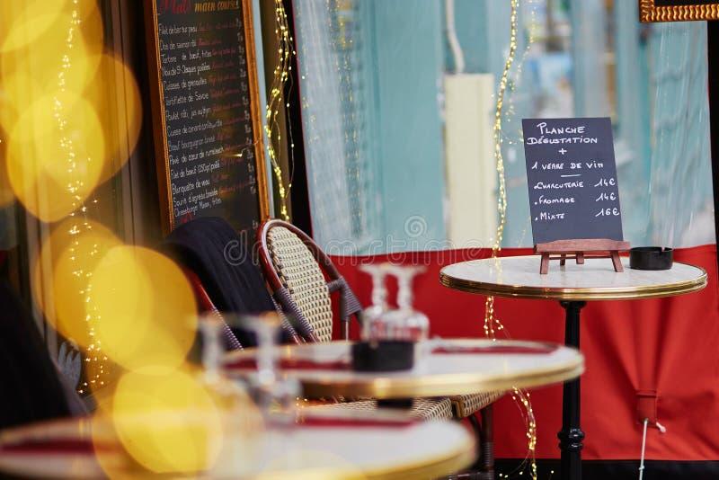Café extérieur parisien avec le panneau de menu sur la table photos libres de droits