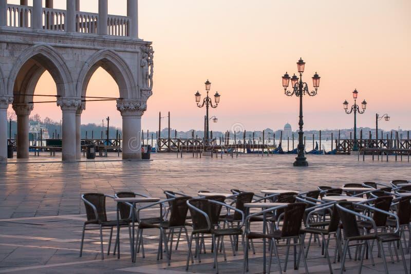 Café extérieur près du palais des doges sur la place de San Marco au lever de soleil à Venise photo stock