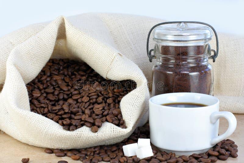 Café, feijões e cubos quentes do açúcar. imagem de stock royalty free