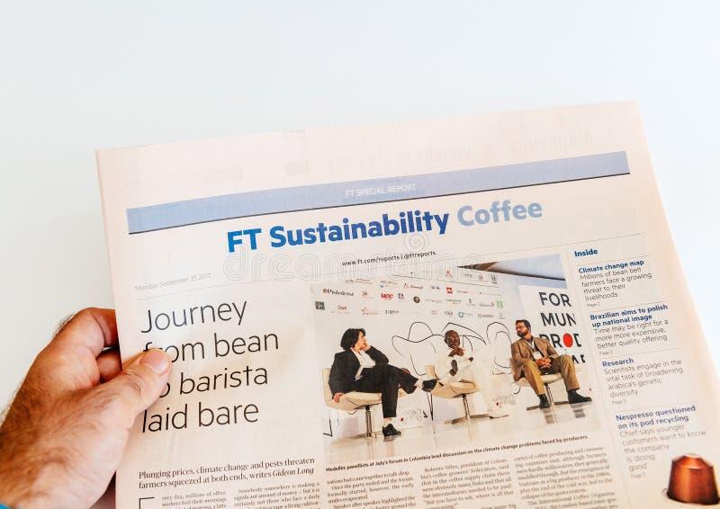 Café financeiro da sustentabilidade dos tempos do jornal da leitura do homem fotografia de stock royalty free